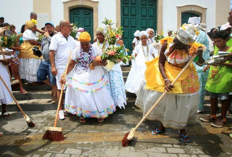 Lavagem na Paróquia Nossa Senhora da Conceição de Itapuã é tradicional - Foto: Alessandra Lori   Ag. A TARDE