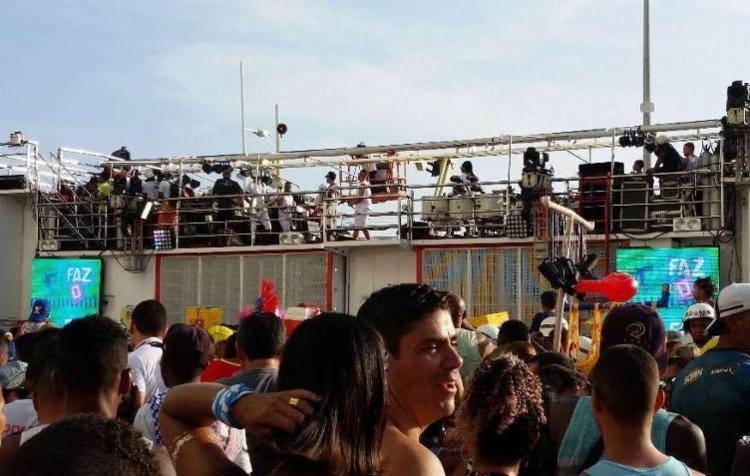 Trio começou a sair do Farol da Barra apenas com a banda tocando - Foto: Thaís Seixas | Ag. A TARDE