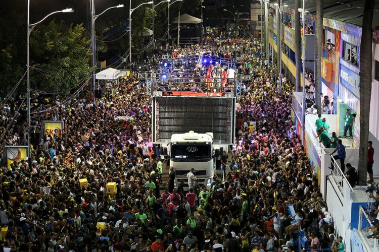 Léo Santana arrastou multidão - Foto: Adilton Venegeroles l Ag. A TARDE