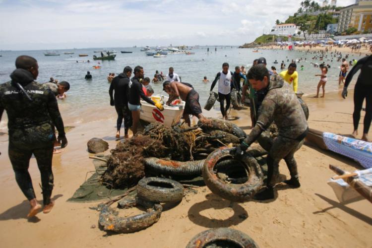 Pneus e outros materiais foram restirados do mar neste domingo - Foto: Luciano da Matta | Ag. A TARDE