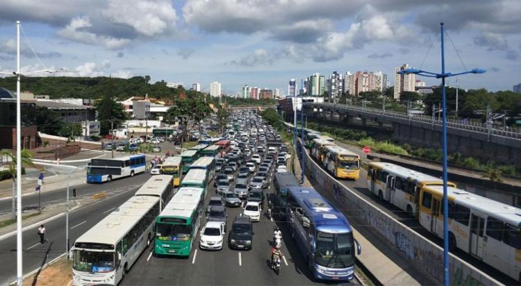 Protesto congestionou o trânsito em Salvador - Foto: Raul Spinassé | Ag. A TARDE | 18.02.2018
