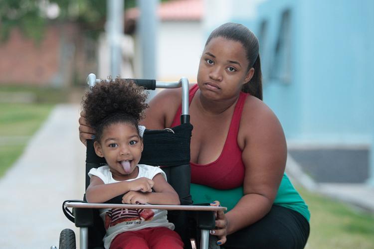 Thaís tenta a adaptação da filha Lara, de a anos, na escola - Foto: Alessandra Lori l Ag. A TARDE
