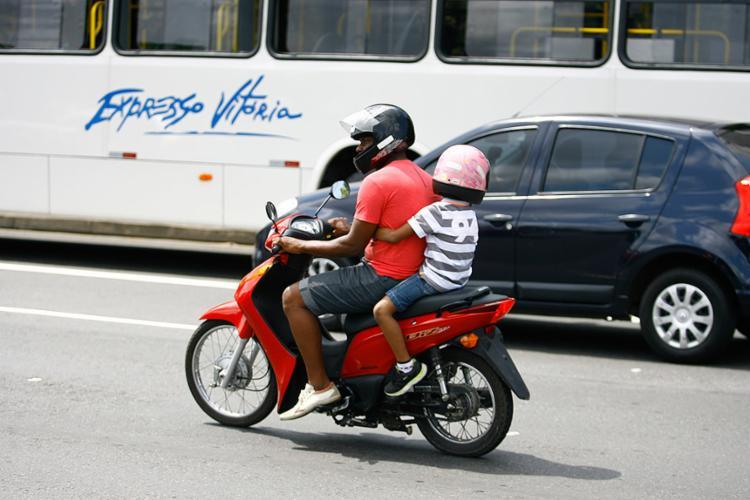O capacete é obrigatório, precisa ser do tamanho exato da crianca e ter o selo do Inmetro - Foto: Joá Souza l Ag. A TARDE