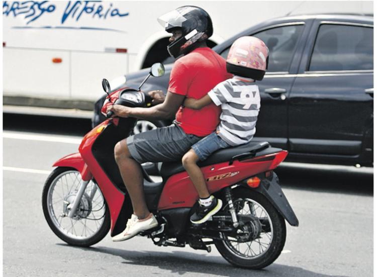 De acordo com o CTB, criança de até 7 anos não pode andar como garupa nas motocicletas - Foto: Joa Souza | Ag. A TARDE