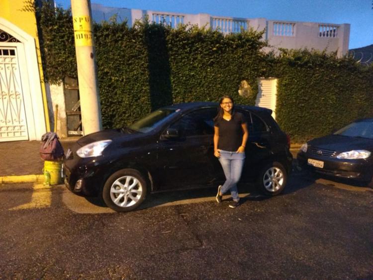 Lislaina Matos aproveita o carro do amigo para fazer o test drive antes de comprar seu primeiro veículo - Foto: Mara Ramos