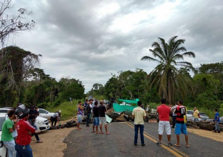 Manifestantes bloquearam a via da BA-283 nesta quinta - Foto: Reprodução | Radar64