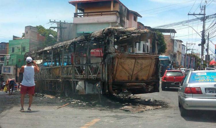 Ônibus foi incendiado na manhã deste domingo, 18, no bairro de Sussuarana - Foto: Cidadão Repórter | Via WhatsApp