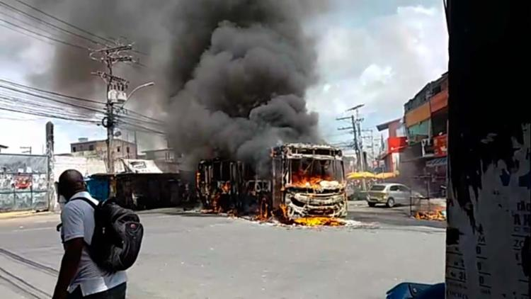 Ônibus foi incendiado na manhã deste domingo, 18 - Foto: Cidadão Repórter | Via WhatsApp