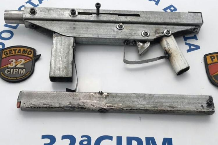Além da submetralhadora, foram apreendidos munições, carregadores, trouxas de maconha e roupas camufladas - Foto: Divulgação | SSP