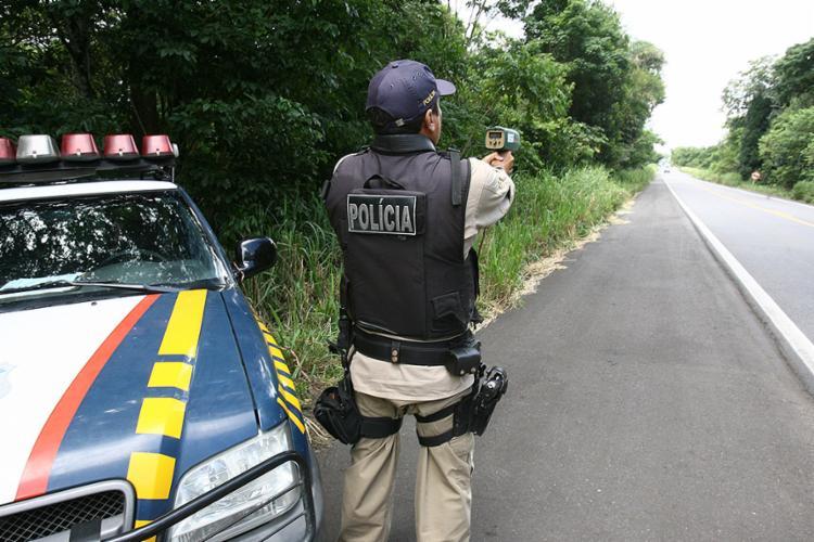 Operação anual da PRF busca coibir irregularidades, como o excesso de velocidade - Foto: Joá Souza l Ag. A TARDE l 28.2.2012