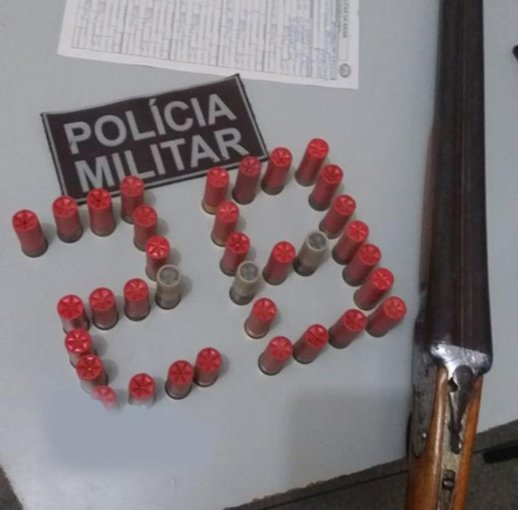 Uma espingarda calibre 12 e 35 munições - Foto: Reprodução   Blog Braga