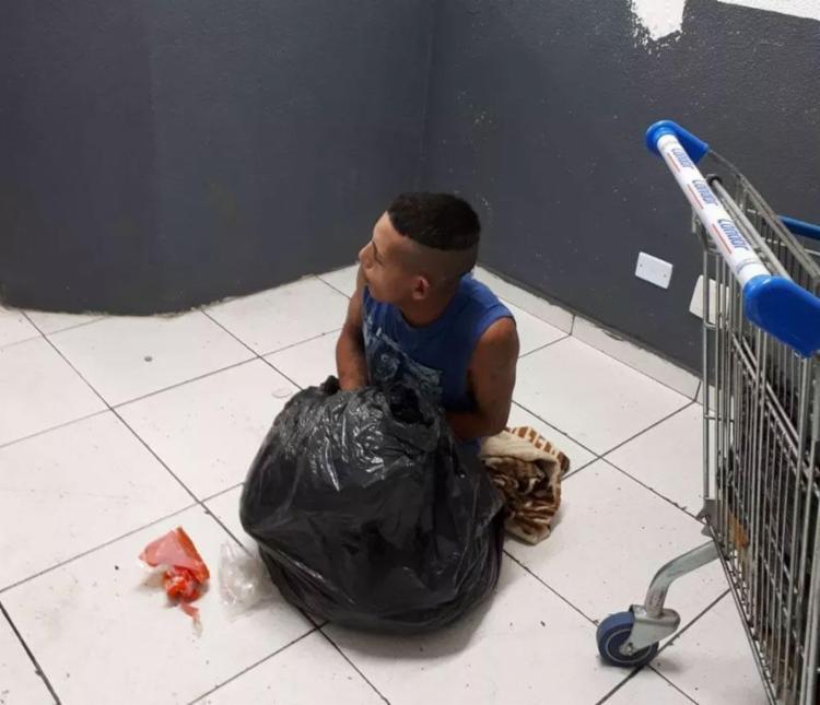 Funcionário de limpeza desconfiou do volume do saco e frustou fuga - Foto: Divulgação   Polícia Civil Paraná