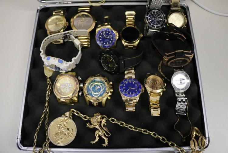 Foram encontrados dezenas de relógios de marcas famosas, joias e aparelhos eletrônicos - Foto: Divulgação   Polícia Civil