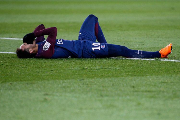 Neymar pisou em falso, sentiu o tornozelo e saiu de campo na maca - Foto: Geoffroy Van Der Hasselt | AFP