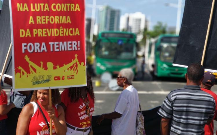 Representantes de centrais sindicais bloquearam os dois sentidos da avenida ACM - Foto: Raul Spinassé | Ag. A TARDE