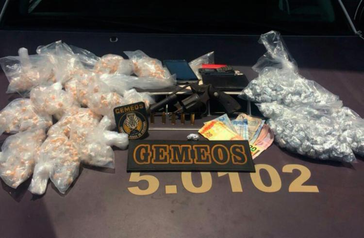 Foram apreendidos 999 pedras de crack, 237 trouxas de maconha, arma e munições - Foto: Divulgação | SSP-BA
