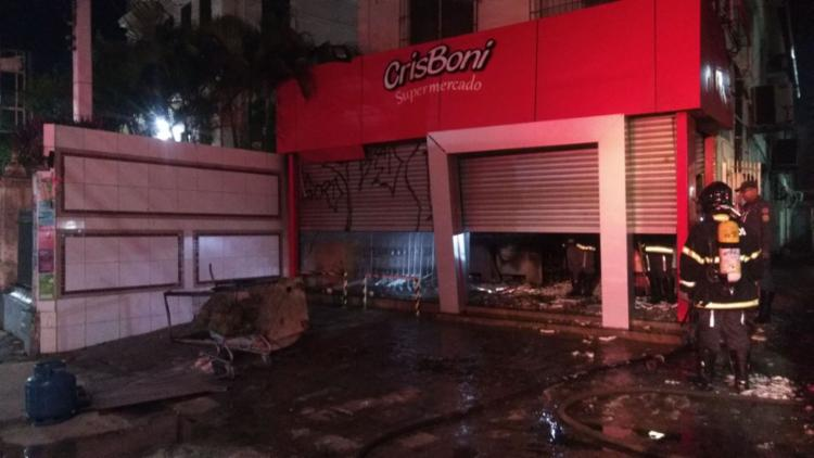 Estabelecimento atingido pelo fogo fica na avenida Leovigildo Filgueiras - Foto: Divulgação | Corpo de Bombeiros