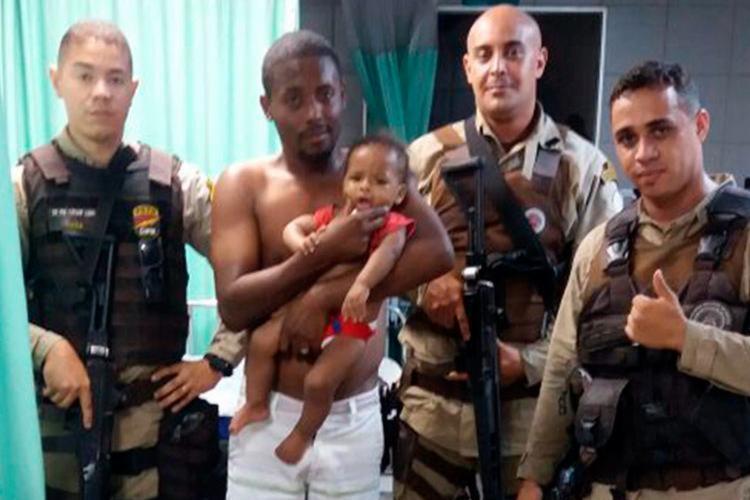 Policiais acompanharam o pai e a criança até a UPA de Paripe - Foto: Divulgação | SSP-BA