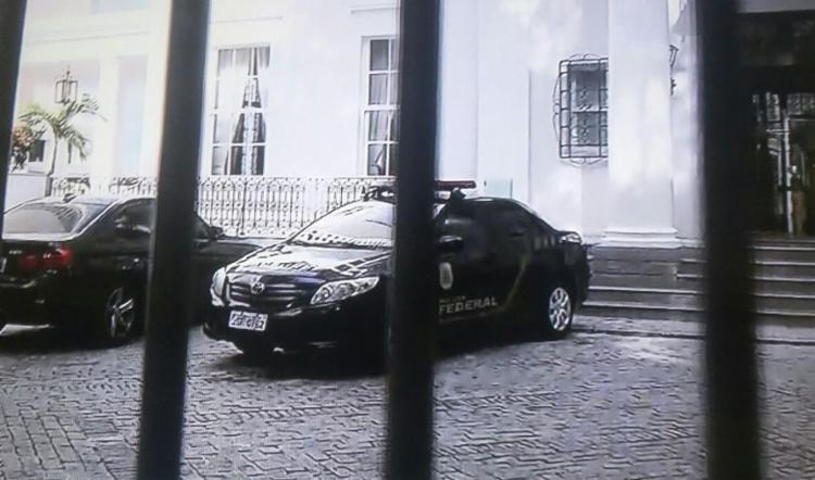 Policiais Federais cumprem mandado de buscas na residência de Jaques Wagner - Foto: Reprodução | TV Record