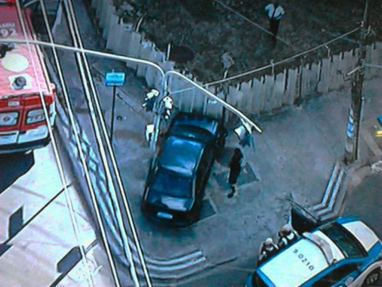 O carro está em cima do calçamento e não atrapalha o trânsito na região - Foto: Reprodução | TV Record