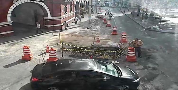 Até as 8h20 e buraco não estava interferindo no tráfego de veículos - Foto: Divulgação | Transalvador