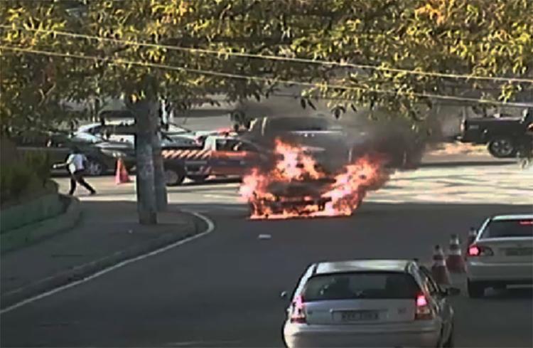 O carro pegou fogo na entrada do bairro Vale dos Lagos - Foto: Divulgação | Transalvador