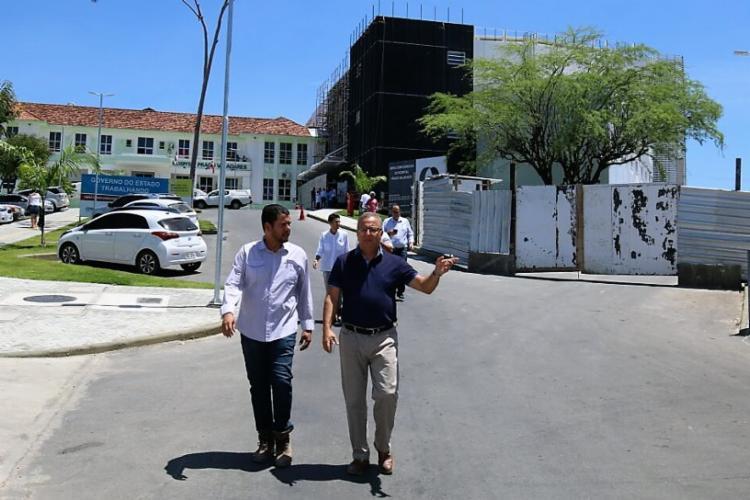 Na inspeção, o secretário da Saúde do Estado da Bahia, Fábio Vilas-Boas, verificou que as obras estão com mais de 90% concluído - Foto: Divulgação
