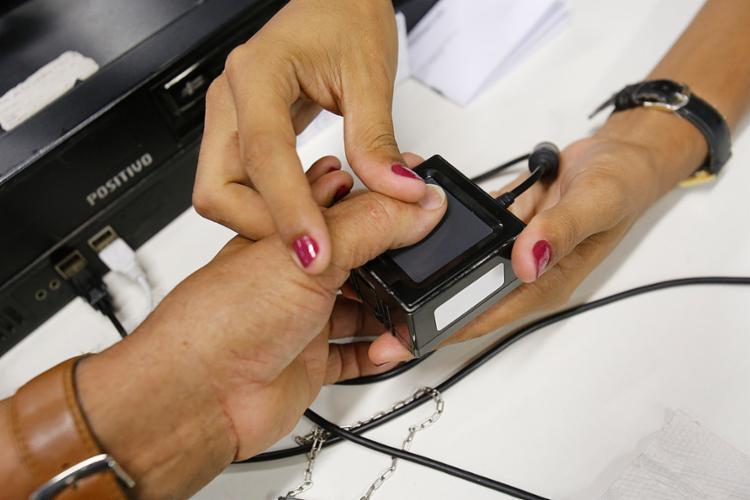 Em Salvador, 446.096 eleitores precisam fazer o recadastramento biométrico e serão 16 postos de atendimento - Foto: Margarida Neide l Ag. A TARDE l 21.11.2017