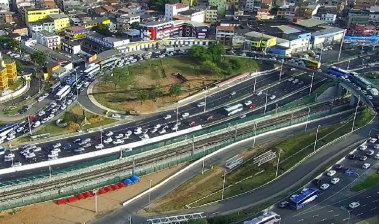 Engarrafamento já atinge o Viaduto dos Rodoviários, na LIP - Foto: Reprodução | Transalvador