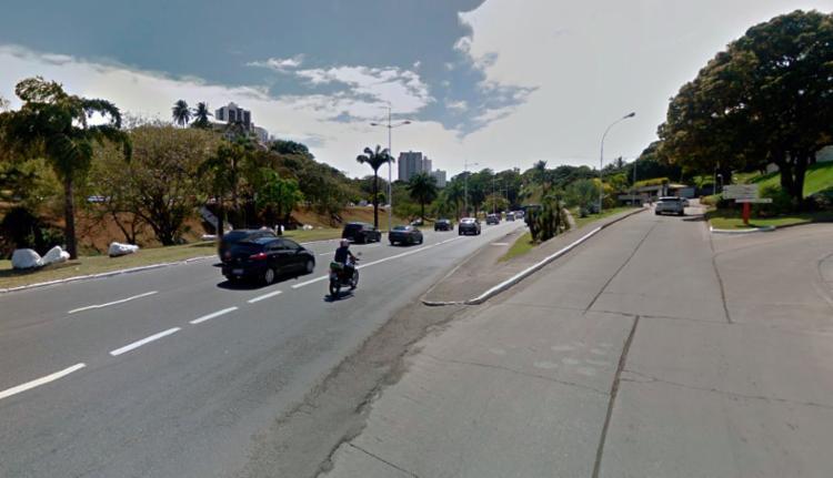 Vazamento acontece entre o Hospital Aliança e o Centro Médico Salvador - Foto: Reprodução | Google Maps