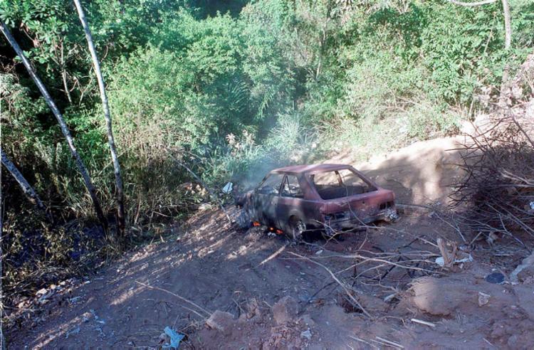 Suspeitos colocaram fogo no carro depois de atirarem nos vigilantes - Foto: Romildo de Jesus | Ag. A TARDE