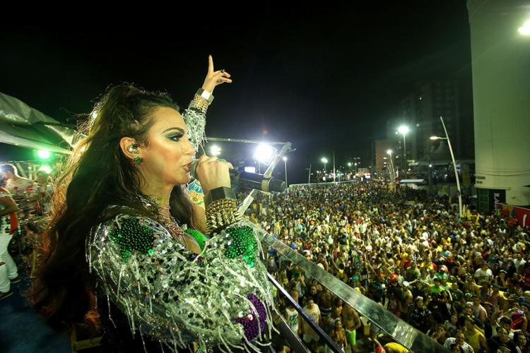 Vina Calmon canta no bloco Cheiro na Barra - Foto: Raul Spinassé l Ag. A TARDE