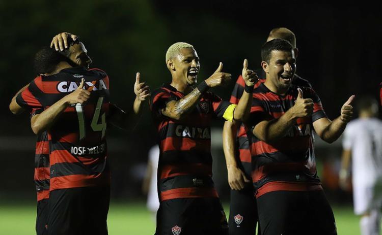 Rubro-negros comemoram o primeiro gol do Vitória no jogo, marcado pelo meia Yago - Foto: Adilton Venegeroles l Ag. A TARDE