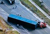 Carreta tomba e causa engarrafamento de 2 km na Via Parafuso | Foto: Reprodução | TV Record