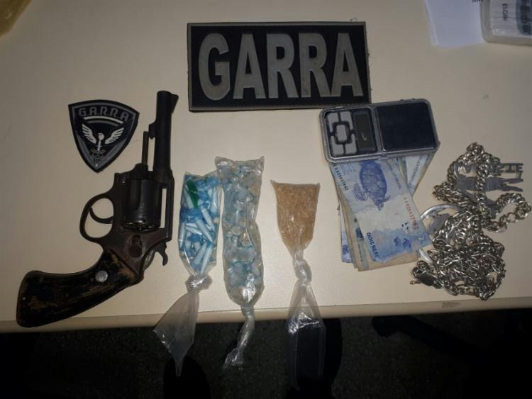 Arma e drogas foram apreendidos com o suspeito morto