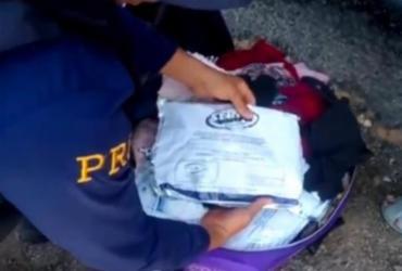 Mulher é presa com 18 kg de agrotóxico ilegal em ônibus | Divulgação | PRF