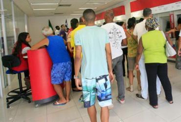 """Agências de Salvador são autuadas por descumprir """"Lei dos 15 minutos""""   Margarida Neide   Ag. A TARDE   07.10.2016"""