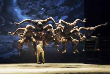 Pela primeira vez a coreógrafa Deborah Colker utiliza recursos audiovisuais em imagens que interagem com os 13 bailarinos - CAFI l Divulgação