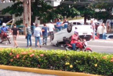 Carro capota na avenida Tancredo Neves | Cidadão Repórter | Via WhatsApp