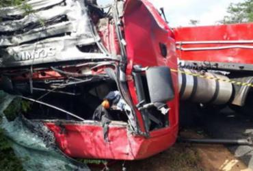 Colisão entre carretas deixa motoristas mortos na BR-116