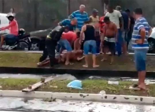 Homem é resgatado após cair no rio das Tripas na Sete Portas