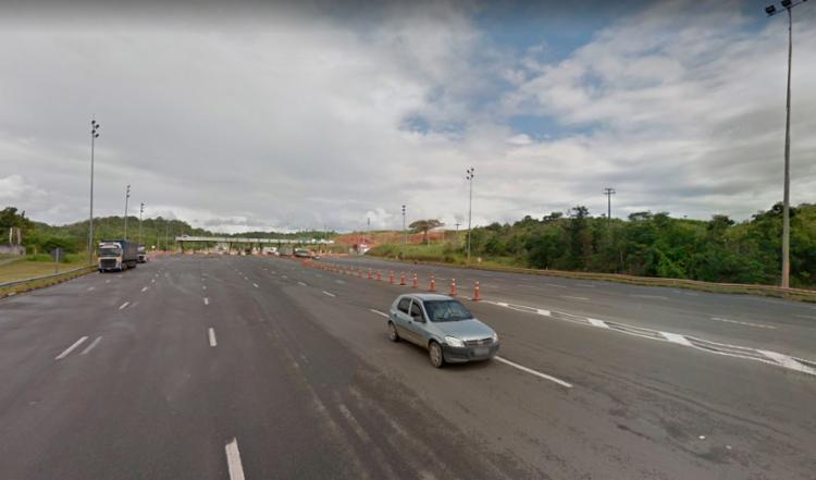 Um dos carros caiu numa ribanceira que fica próxima ao pedágio - Foto: Reprodução | Google Maps