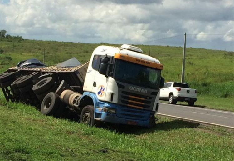 Carreta está parcialmente tombada no acostamento - Foto: Márcia Moreira | Ag. A TARDE