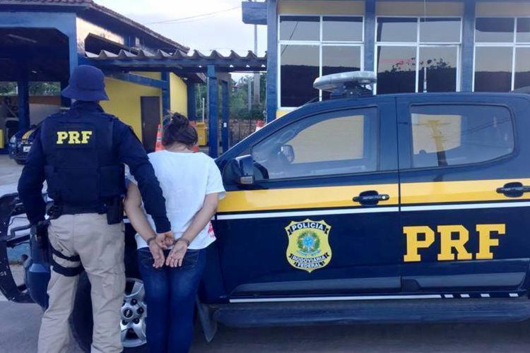 Mulher estava foragida da Justiça por tráfico drogas - Foto: Divulgação | PRF
