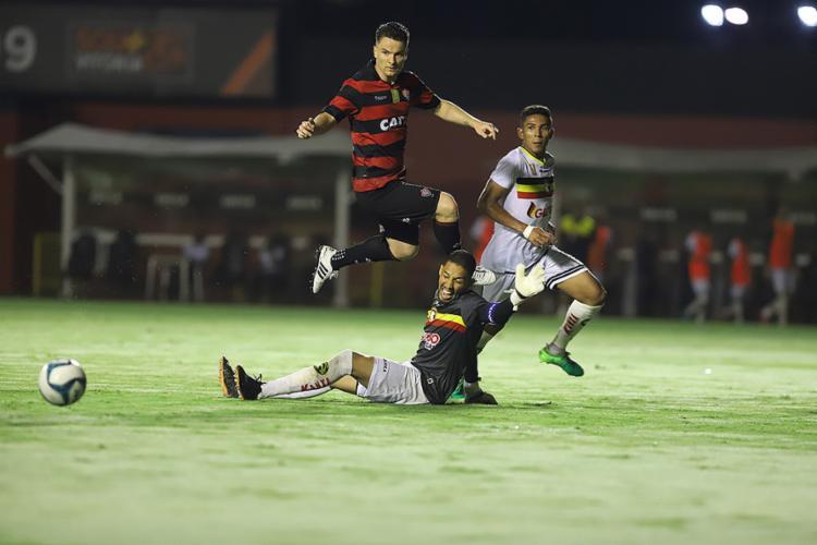 Alex deixa Yago na boa para marcar, mas meia perde gol incrível - Foto: Adilton Venegeroles l Ag. A TARDE
