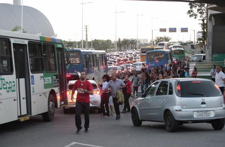 Na avenida Paralela, busca por ônibus foi desafio para quem queria voltar para casa - Foto: Alessandra Lori l Ag. A TARDE