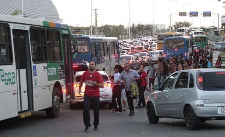 Passageiros enfrentaram congestionamentos e ônibus lotados - Foto: Alessandra Lori l Ag. A TARDE