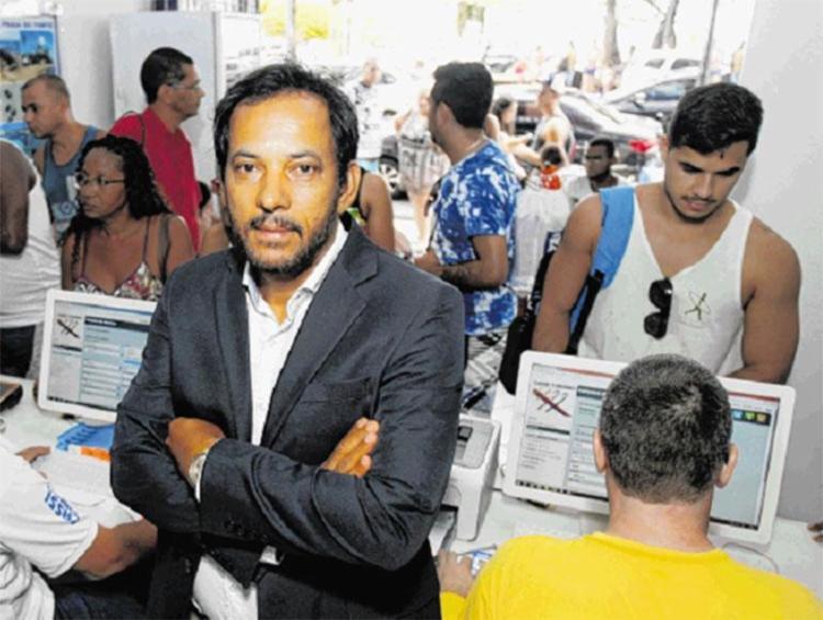 Empresário Isaac Lima, dono de uma rede de agências de turismo, emprega imigrantes de diversos países - Foto: Luciano da Matta | Ag. A TARDE