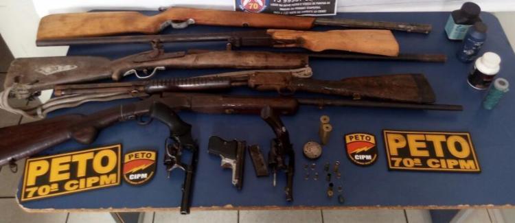 Foram localizados dois revólveres, uma pistola e cinco espingardas e munições - Foto: Divulgação | Polícia Militar