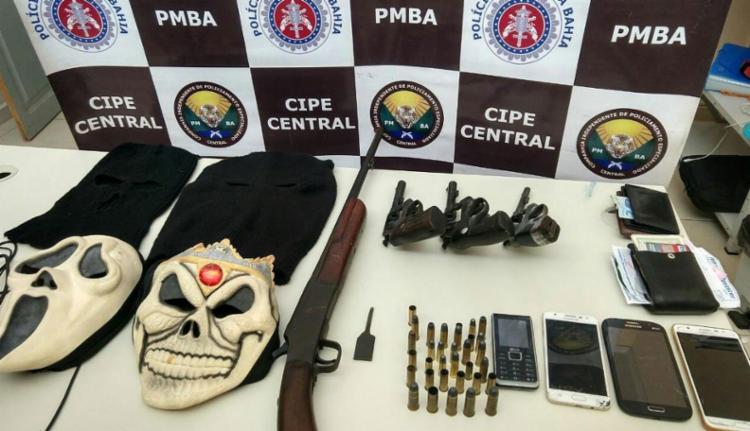 Armas e celulares foram apreendidas com o grupo - Foto: Divulgação